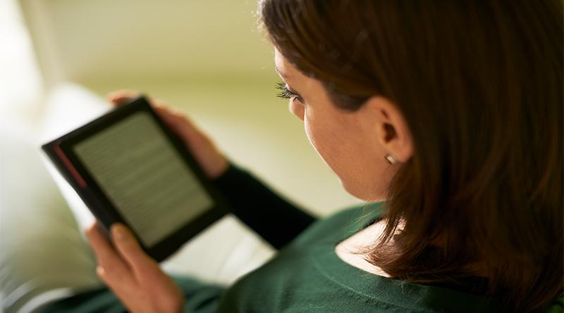 mulher-lendo-um-livro-digital