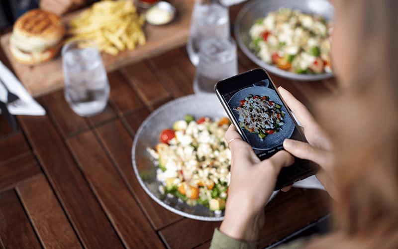 Incentive seus clientes a fazerem fotos dos pratos e postarem nas redes sociais - Marketing para Restaurante